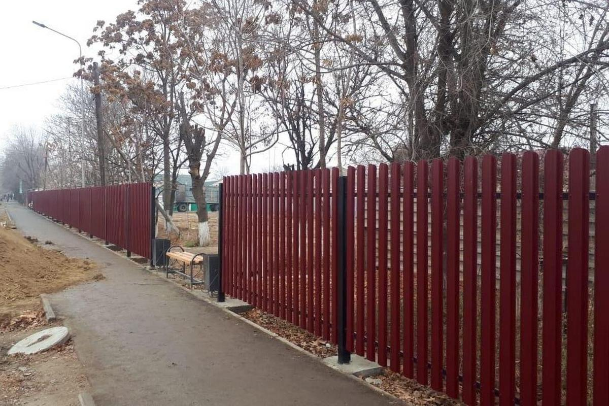 Забор из металлического штакетника в мкр. Орбита